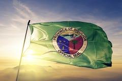 Provincia di Siquijor del tessuto del panno del tessuto della bandiera di Filippine che ondeggia sulla nebbia superiore della fos immagini stock libere da diritti