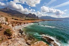 Provincia di Trapani, Sicilia, Italia - vista della baia e della spiaggia del mare dalla linea costiera fra il capo dello di San  Fotografia Stock