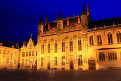 Provinciaal Hof的夜图象在1284年建立的 图库摄影