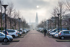 Provinciaal Holland Cityscape met Zonneverduistering, Straat van de Kleine Stad van Vlaanderen met Gotische Kerk, Twee Rijen van  Stock Fotografie