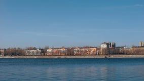 Provinciale stad op de bank van de rivier Huizen van de oude gebouwen, de de lentestad stock videobeelden