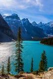 Provincie van Alberta, Canadese Rotsachtige Bergen De koude noordelijke zon wordt weerspiegeld in het ijzige water van de meermor stock fotografie