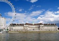 Provinciehuis Londen en de Dijk van Theems Stock Afbeeldingen