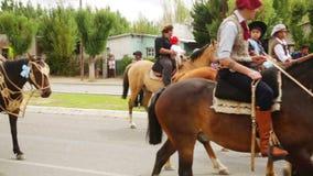 Provinsiell rid- festival i den Gobernador costaen argentina patagonia stock video