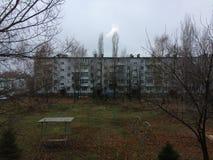 Provinsiell rysk stad Paneled sociala lägenhethus Höst i det ryska sova området fem-berättelse byggnad i gården Royaltyfri Foto
