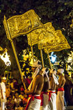 Provinsiella flaggor som bärs gatorna av Kandy under Esalaen Perahera i Sri Lanka arkivfoton
