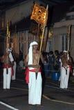 Provinsiella flaggor som bärs till och med gatorna av Kandy under Esalaen Perahera i Sri Lanka Arkivbilder
