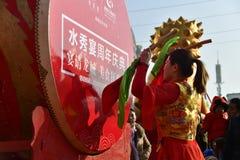 Provinz Puyang, Henan, China: Die Leistung 'der Kampf-Trommel 'durch der die Klingeln Frauen und das Trommelteam von Shuixiu-Feie lizenzfreies stockfoto
