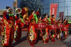 Provinz Puyang, Henan, China: Die Leistung 'der Kampf-Trommel 'durch der die Klingeln Frauen und das Trommelteam von Shuixiu-Feie stockbild