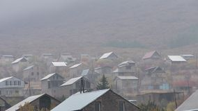 Provinzdorf Armeniens, Aragazotn mit Frosch über dem Berg stockbild