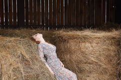 Provinzielle Frau des Dorfs im Heu Lizenzfreie Stockfotos