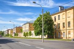 Provinzielle Gebäude Gubernskiye auf Makarovskaya-Straße in Kronstadt, Russland Stockbild