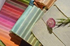 Provkartor av tyger för hem- garnering royaltyfri bild