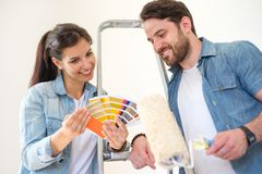 Provkartor för parinnehavmålarfärg som väljer färger för att måla nytt H Fotografering för Bildbyråer