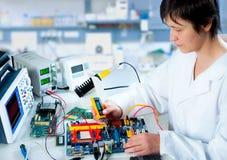 Provning av elektronisk utrustning royaltyfri bild