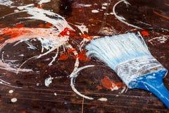 Provning av målarfärger på yttersidan för reparationsarbetet royaltyfria bilder