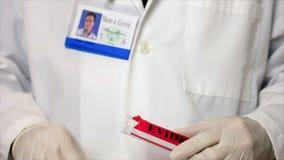 Provning för CSI labbtech för blod arkivfilmer