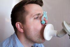 Provning för ung man som andas funktion vid spirometry royaltyfri fotografi