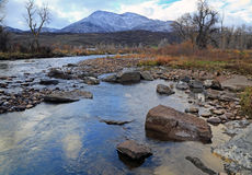 Provo River with autumn leaves Royalty Free Stock Photos