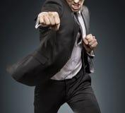 Provocateurs de combat d'againts d'homme d'affaires courageux photo stock