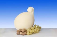Provolone italiano do alimento da vaca com uvas Fotografia de Stock Royalty Free