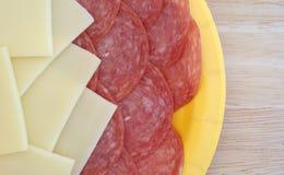 Provolone kaasplakken en de salami van Genua op tafelblad Royalty-vrije Stock Fotografie