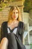 Provozierender und verlockender Blick eines blonden Mädchens Lizenzfreies Stockfoto