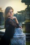 Provozierender und verlockender Blick eines blonden Mädchens Stockfotografie