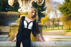 Provozierender und verlockender Blick eines blonden Mädchens Stockfotos