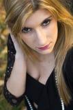 Provozierender und verlockender Blick eines blonden Mädchens Lizenzfreie Stockfotografie
