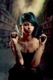 Provozierendes tätowiertes Mädchen, das Gewehr hält Lizenzfreie Stockfotos