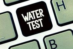 Provtagning för begrepp för prov för vatten för handskrifttexthandstil menande av olika vätskeströmmar och analys av deras kvalit royaltyfri bild