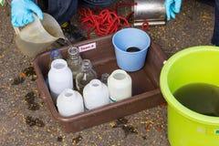 Provtagningavloppsvatten på avloppsvattenreningsverket royaltyfri bild