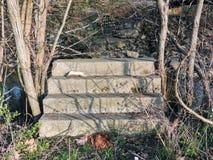 Provvedimenti concreti che vanno in nessun posto, rovine dal fiume vicino a Bean Creek Garfield Park a Indianapolis Indiana U.S.A Fotografie Stock