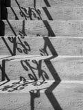 Provvedimenti concreti grigi con le ombre un'inferriata Immagini Stock