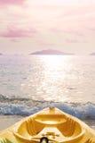 Prow каяка на тропическом пляже в заходе солнца, пастельном винтажном тоне Стоковое Изображение
