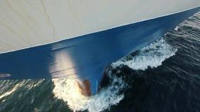 Prow корабля в смычке воды ломает волн моря поверхности воды