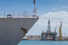 Prow серого фрегата линкора состыковал в грандиозной гавани Стоковая Фотография