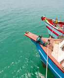 Prow туристского корабля плавая на зеленое море воды Стоковые Изображения RF