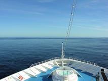 Prow av kryssningshipen på havet Royaltyfri Bild