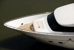 Prow der luxuriösen weißen Yacht Lizenzfreies Stockfoto