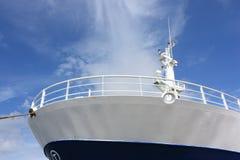 Prow des Fischerbootes von unterhalb Stockfotos