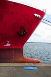Prow eines alten roten Frachters am Kanal Lizenzfreies Stockfoto