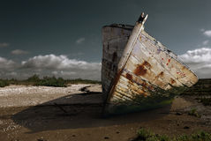 Prow oxidado branco na praia Imagens de Stock