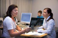 prowadząca dochodzenie dziecko lekarka obrazy royalty free