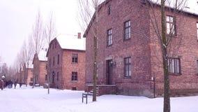 Prowadząca wycieczka turysyczna Auschwitz Birkenau, Niemiecka Nazistowska koncentracja i eksterminacja, obozuje Ceglani domy w sp zdjęcie wideo