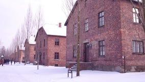 Prowadząca wycieczka turysyczna Auschwitz Birkenau, Niemiecka Nazistowska koncentracja i eksterminacja, obozuje Ceglani domy w śn obraz royalty free