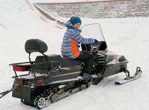 Prowadzenie siedzi na snowmobile na śnieżnym skłonie zdjęcie stock