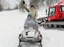 Prowadzenie siedzi na snowmobile na śnieżnym skłonie obraz stock