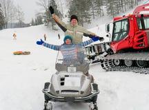 Prowadzenie siedzi na snowmobile na śnieżnym skłonie obrazy stock